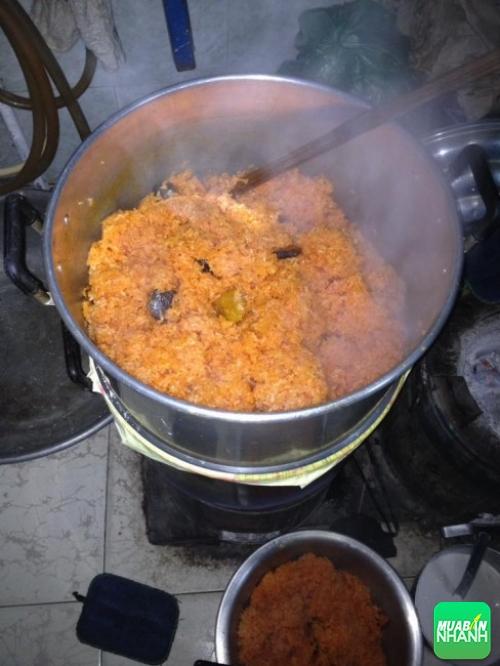 Nấu xôi gấc cúng đầy tháng bé